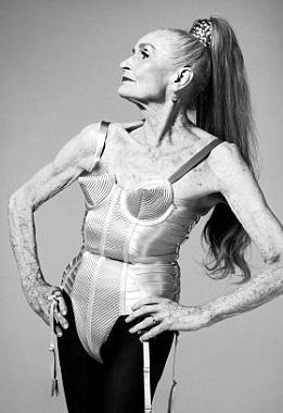 Dünyanın en yaşlı süper modeli olma unvanını taşıyan Dafhnhe Salfe, yıllar önce Madonna'nın henüz 30'larının başındayken giydiği iddialı kostümle poz verdi.