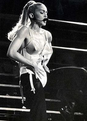 Jean Paul Gaultier tasarımı bu kostümü ilk kez Madonna giymişti.