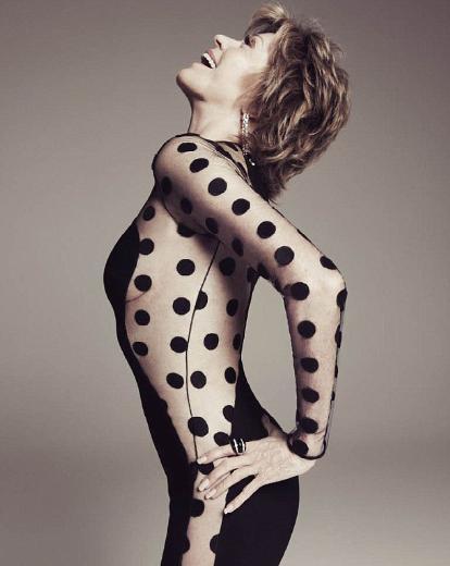 Jane Fonda 73 yaşında olmasına rağmen formunu korumayı başaran ünlülerden. Fonda'nın Harper's Bazaar dergisine verdiği bu poz da çok konuşulmuştu.