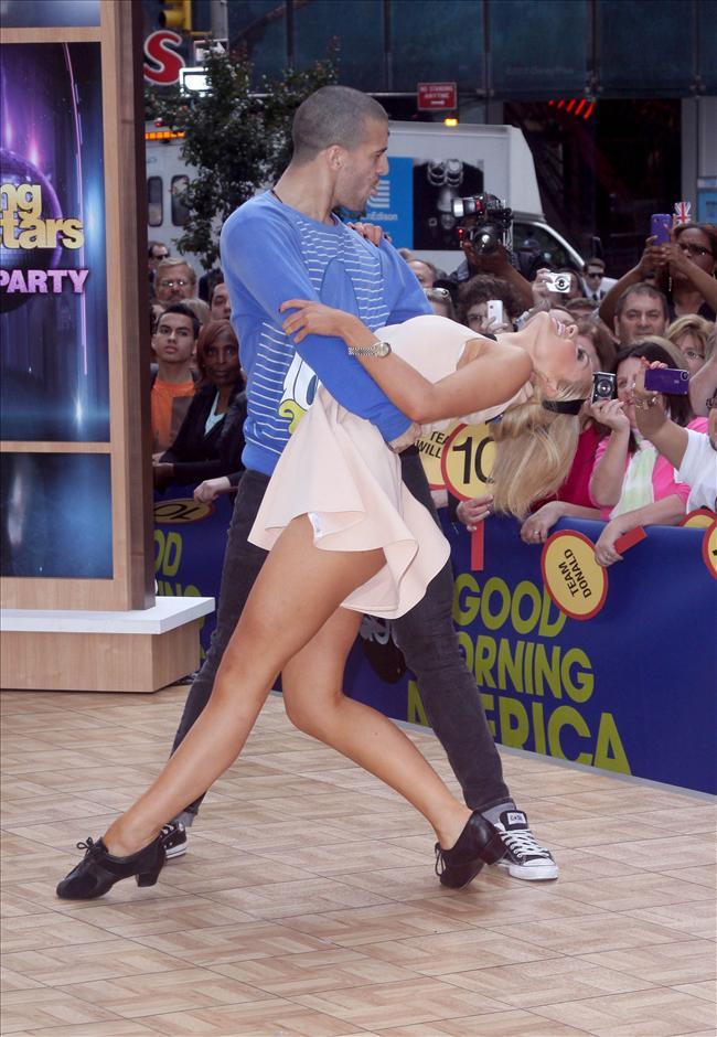 Galli şarkıcı Katherine Jenkins ABD'de yayınlanan Good Morning America adlı televizyon programına konuk oldu. Programda Yıldızlar Dans programındaki partneri Mark Ballas'la küçük bir şova imza atan 31 yaşındaki Jenkins, kıyafetinin kurban olmaktan kurtulamadı.