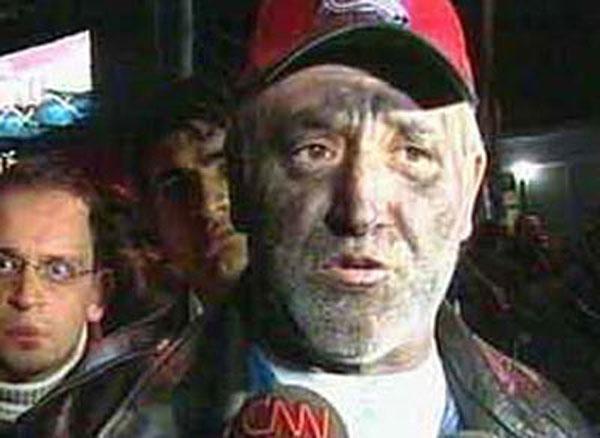 Savaş Ay Maçka'daki sinema yangınında alevlerden zor kurtulmuş gibi (yüzü gözü is içinde) yaşanan faciayı anlatırken çevredeki vatandaşlar tarafından olay yerine sonradan geldiği gerekçesiyle protesto edileli 8 yıl oldu.