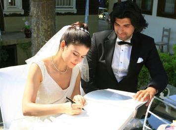 Çiftin düğünü de neredeyse tek bir bölümü işgal etti..