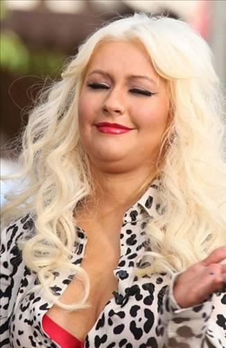 Ünlü şarkıcı Christina Aguilera, son dönemde çekilen fotoğraflarda objektfe gülümsemeye çalışsa da vücudundaki değişimin farkında. Tıpkı aynı kaderi yaşayan diğer ünlüler gibi...