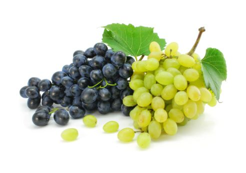 Üzüm:  >br> Potasyum, magnezyum, C, A ve K vitamini içeriyor. Kabuğunda kırmızı şarap içerisinde bulunan ve kalp sağlığı için çok önemli olan resveratrol maddesi bulunuyor. Glisemik indeksi yüksek olduğu için porsiyonları az tutmak gerekiyor. Çekirdekleri ile yenildiğinden antioksidan bombasına dönüşüyor.