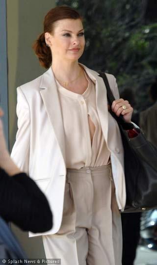 Ünlü model Linga Evangelista, bluzunun düğmelerinin açıldığını fark etmeyince objektife böyle yansıdı.