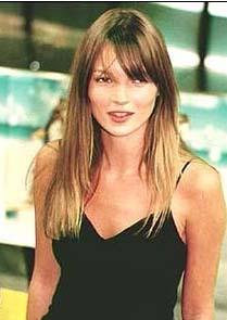 Ama sürdürdüğü hayatın bir bedeli vardı ve Kate Moss da onu ödedi elbette. Sigara, içki ve uyuşturucu alışkanlığı yüzünden geçip giden yıllara genç yaşında teslim oldu. Daha 40 yaşına bile gelmedi ama güzelliği geçmiş yılları aratır hale geldi.   Moss, Jamie Hince ile evlendikten sonra hayatına biraz daha çeki- düzen verdi.