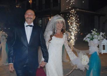 İPEK TUZCUOĞLU- YENER GÜRSOY  Dürüye'nin Güğümleri adlı dizide tanışıp evlenen Tuzcuoğlu ile Gürsoy'un mutluluğu da sadece 1 yıl sürdü.