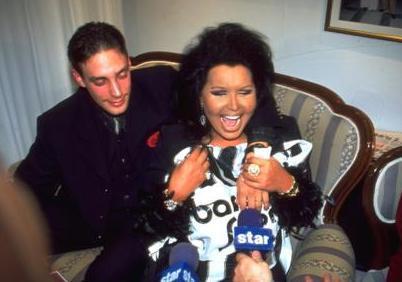 BÜLENT ERSOY- CEM ADLER  Türk sanat müziğinin Diva'sı 3 Nisan 1998'de kendisinden yaşça genç olan İzmirli Cem Adler ile evlendi. Bu evlilik magazin gündeminin ilk sıralarına yerleşti hemen.