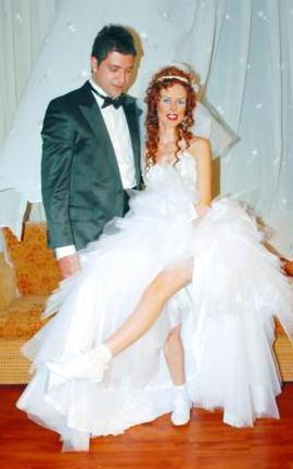 İPEK TANRIYAR- TUNÇ NAZİKOĞLU İpek Tanrıyar, 2007 yılında evlendiği Tunç Nazikoğlu'ndan 1 yıl sonra şiddetli geçimsizlik sebebiyle boşandı.