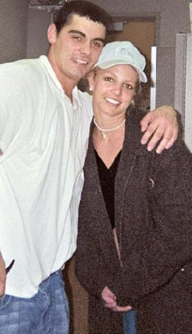Spears bu olayla skandallar tarihinin sayfalarını doldurmaya başlamıştı sanki.