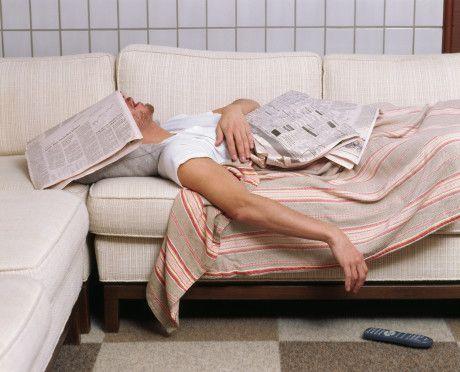 Uyku alışkanlıkları  İki tip uyku alışkanlığı vardır. İlki erken yatıp erken kalkmayı seven ve ne olursa olsun uykusundan ödün vermeyenler. İkincisi de çok geç yatıp buna rağmen erken kalkabilen ve sizin de aynı miktarda uyumanızı isteyen erkekler.  Bazı erkekler, eğer bir kadın erken yatmayı seviyorlarsa, erkek, kadının kendini suçlu hissedebilecek şekilde bunu ona karşı kullanır.  Bir erkek geç saatlere kadar uyumayı seviyorsa onu asla erkenden uyandıramazsınız. Erkek arkadaşınızın uyku saatleriyle ilgili bir problem yaşıyorsanız onun size uyum sağlamasını beklemek yerine kendinize o uyurken uğraşabileceğiniz başka hobiler bulun.