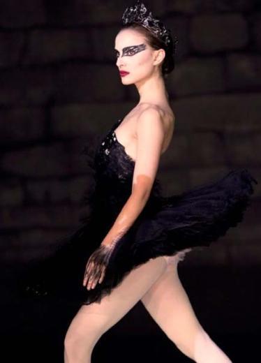 Rolü için kilo kaybettiği ve bale dersleri aldığı konuşulan Portman'ın sadece yakın çekimlerde rol aldığı uzak dans çekimlerinde ise gerçek bir balerin olan Sarah Lane'in kamera karşısına geçtiği konuşulmuştu.