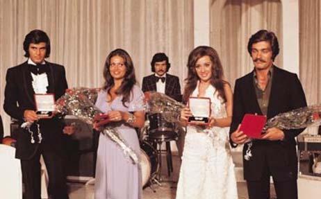 Yıl 1972... Altın Kelebek'in ilk kazananları.. Tarık Akan yılın en iyi erkek oyuncusu, Türkan Şoray da yılın en iyi kadın oyuncusu seçildi.  Yılın genç oyuncusu ödülünü ise o dönem kariyerlerine yeni başlayan Perihan Savaş ile Kadir İnanır almıştı.