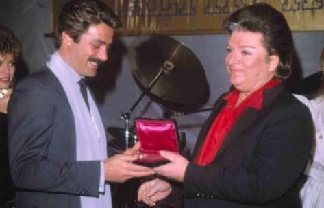 Yıl 1983... Zeki Müren, bu kez Kadir İnanır'a ödül veriyor.