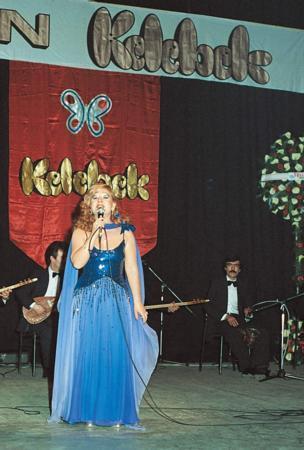 1970'li yıllardaki Altın Kelebek törenlerinden bir kare. Bedia Akartürk sahnede.