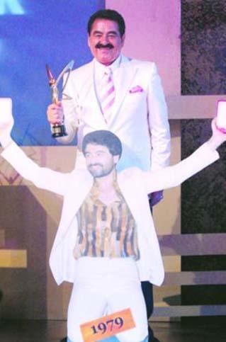 Tatlıses, 2008 yılında ilk Altın Kelebek ödülüyle birlikte poz vermişti.