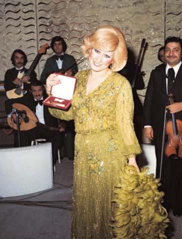 Muazzez Abacı, 1976 yılının en başarılı kadın Türk sanat müziği şarkıcısı seçilmişti.