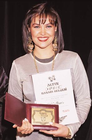 Hülya Avşar ve Altın Kelebek ödülü.