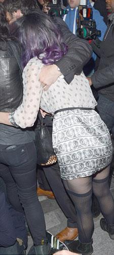 Amerikalı şarkıcı Katy perry, Londra'da basının görüntü almasını, 'üzerine binen' arkadaşıyla engellemeye çalıştı.