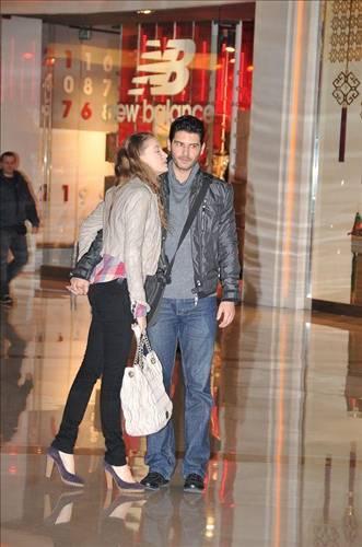 Serenay Sarıkaya ve Tolgahan Sayışman çifti bir alışveriş merkezinde objektiflere böyle yakalanmıştı.