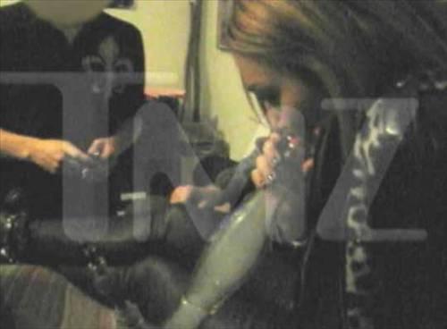 Kısa bir süre önce 18 yaşına giren Miley Cyrus skandal dosyasına yeni bir halka daha ekledi. Müzisyen Billy Ray Cyrus'ın kızı olan ve Hannah Montana adlı TV şovuyla küçük yaşta üne kavuşan Cyrus'ın arkadaşlarıyla gittiği bir partide esrar içerken çekilen görüntüleri internete sızdı.