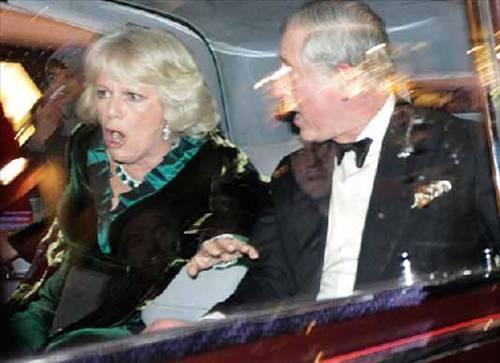 İngiliz parlamentosundan geçen üniversite harçlarına zam yasası nedeniyle Londra sokaklarında eylem yapan öğrenciler, Prens Charles ve eşinin içinde bulunduğu araca saldırdı.