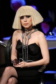 LADY GAGA  Lady Gaga, çılgın kıyafetleri ve davranışlarıyla adından sıkça söz ettiriyor.