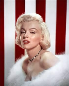 MARILYN MONROE  Film setlerine bile pipoyla ve uyuşturucu içerikli sigaralarla gelen Marilyn Monroe; hüzünlü gençliğinin ve tatminsiz hayatının izlerini biraz olsun silebilmek için bu maddelerden medet umuyordu.