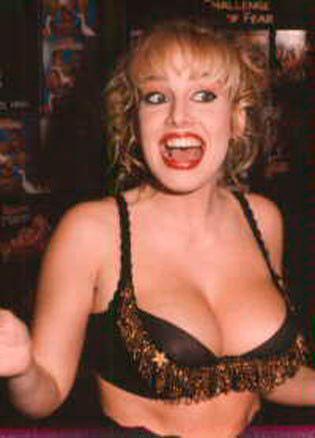 Sandra Scream  Gerçek adı Zorena K. Dombrowski olan porno yıldızı Sandra Scream, porno sektöründen 2003 yılında ayrıldı.