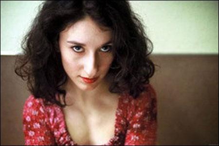 Oyuncunun Almanya'da yaşadığı dönemde maddi sıkıntıları nedeniyle 6 porno filmde oynadığının ortaya çıkması gündeme bomba gibi düşmüştü.