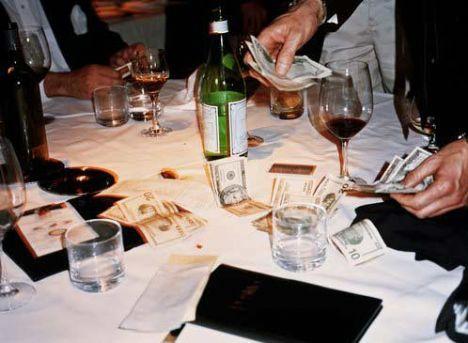 11- Arkadaş grubunuzla çıktığınız akşam yemeğinde, masanın hesabını ödedikten sonra duyduğu pişmanlığı. Hatta o geceyi takip eden günlerde öğlen yemeklerini sandviçle geçiştirmek zorunda kaldığını.  12- Size bunu söyleyemese de, size deli gibi âşık olduğunu.