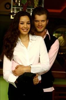 Tatlıtuğ, çıkan dedikoduların ardından 2002 Miss World güzellik yarışması birincisi Azra Akın ile aşk yaşadığını açıkladı. Sayısız projede birlikte yer alan çift uzun süren ilişkinin ardından ayrılığı tercih etti.
