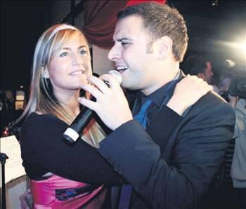 ALİŞAN - SEZİN ERBİL  Şarkıcı Alişan her nekadar ilk medyatik aşkını Gülşen ile yaşamış olsa da, hafızalarda yer eden asıl birlikteliği şovmen Mehmet Ali Erbil'in kızı Sezin ile olan aşkı.