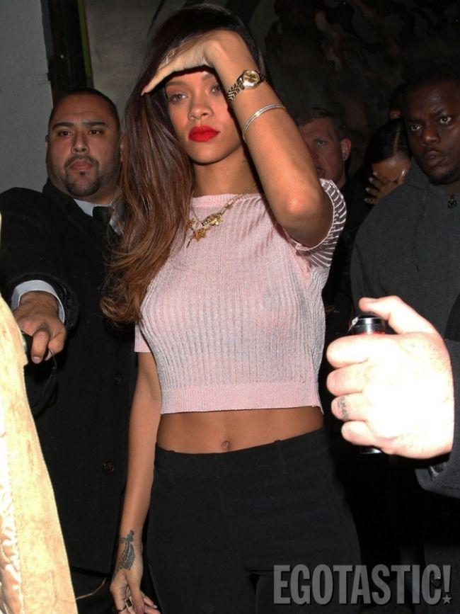 Barbadoslu seksi şarkıcı Rihanna, Los Angeles'taki Roxbury gece kulbünden çıkarken görüntülendi. Sütyen giymediği belli olan Rihanna paparazzilere malzeme oldu.