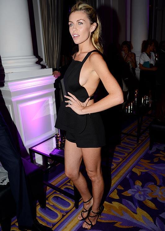 İngiliz futbolcu Peter Crouch'un eşi model Abbey Clancy, Londra'da katıldığı bir gecede elbisesinin azizliğine uğradı.