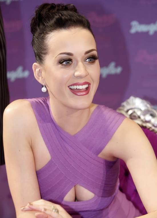 Parfümünün tanıtımına göğüs dekolteli elbisesiyle katılan şarkıcı Katy Pery, tüm bakışları üzerinde topladı.