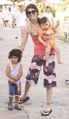Sonra hayatının aşkını buldu ve işadamı Ali Dıza Özderici ile evlendi. Hatta kısa sürede iki çocuk sahibi oldu.