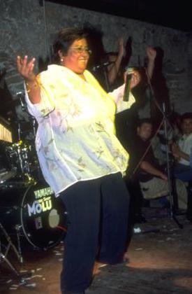 AKREP NALAN EPEYDİR ORTALARDA GÖRÜNMÜYOR  Akrep Nalan sadece şarkılarıyla değil renkli kişiliğiyle de magazin basınının vazgeçemediği ünlülerdendi.