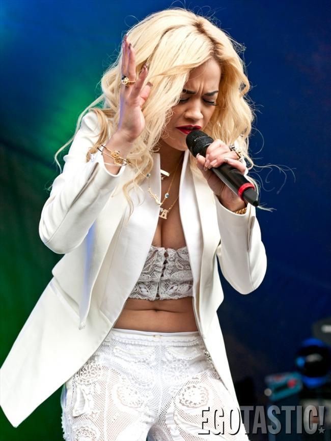 İngiliz şarkıcı Rita Ora sahnede kıyafetinin azizliğine uğradı. 21 yaşındaki genç yıldız şarkı söylerken bir anda göğşü açıldı. İşte o fotoğraflar...