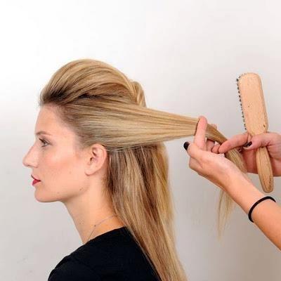 Saçınızı sabitlediğiniz tarafın yanında kalan saçlarınızı da tutam şeklinde elinize alın.