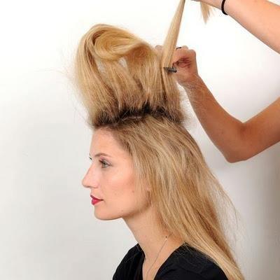 Tepedeki saçları tarak yardımıyla hacimlendiriyoruz fotoğraftaki gibi...