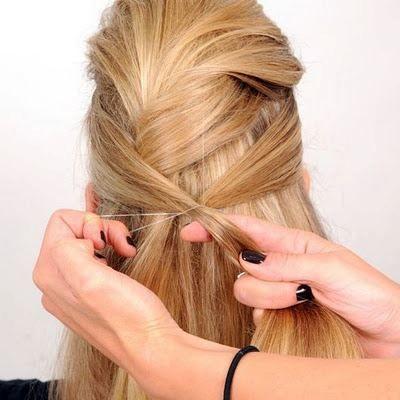 İki yandan aldığınız saçları tokayla bağlayın.