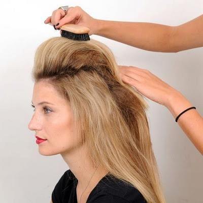 Daha sonra fırça tarak yardımıyla önden arkaya doğru tarıyoruz saçların ön kısmını.