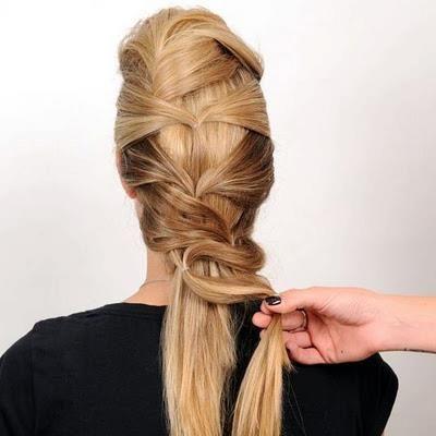 Saçlarınızın uçlarını zik zak şeklinde alırken fotoğraftaki gibi bol bırakarak tokayla bağlayın.