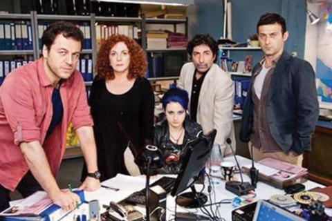 Çıplak Gerçek (STAR TV )  Star TV 'ye bağlı Star Yapım'ın ilk projesi olan dizinin en dikkat çekici özelliği her bölümün 45 dakika olması. Yönetmenliğini Ümit Ünal'ın üstlendiği dizide Yetkin Dikinciler, Derya Alabora, Mustafa Uğurlu, İdil Fırat, Cem Bender ve Erdem Akakçe'yi izleyeceğiz. 18 yaşındaki bir genç kızın kaybolmasından sonra yaşananları konu alan 'Çıplak Gerçek' sadece 16 bölüm sürecek.