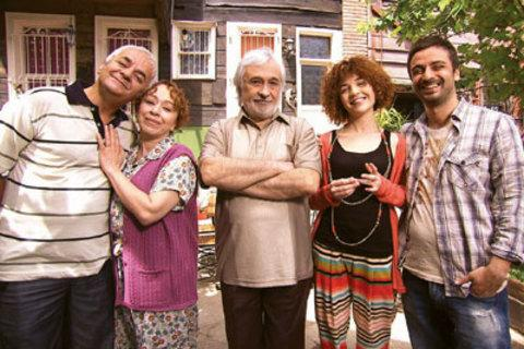İbret-i Ailem (STAR TV )  Müjdat Gezen, Zafer Algöz ve Şebnem Sönmez'i bir araya getiren dizide Kevgir ailesinin maceraları işleniyor.   Evde kalmışların, işsiz güçsüzlerin, yırtmaya çalışanların, hayatından memnun olmayanların hikâyesini anlatan 'İbret-i Ailem'in yönetmen koltuğunda Ömer Uğur otururken, dizinin senaryosunu ise Murat Emre Kaman-Mehmet Emrah Kaman kardeşler birlikte yazıyor. İlk bölüm yayını ise 27 Haziran Çarşamba günü saat 20.00'de.