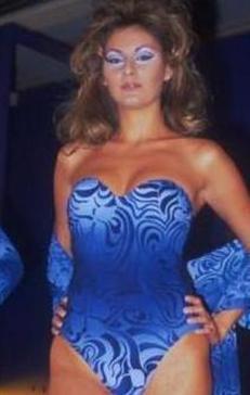 O ünlü 1994 yılında Türkiye Güzellik Yarışması'nda dereceye girmeden bir yıl önce Bayan Vizon seçilen Pınar Altuğ.