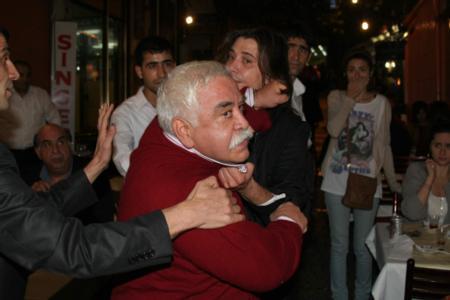 Ünlü tiyatrocu Levent Kırca, sevgilisiyle balık keyfi yaparken fotoğrafını çeken muhabirlerle arasında gerginlik yaşanmıştı.