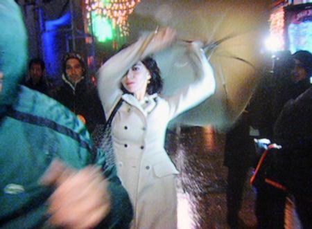Geçtiğimiz ocak ayında Hande Ataizi bar çıkışında, soru soran gazetecilere sinirlenip, elindeki şemsiyeyle kendisini görüntülemeye çalışan kameramana vurdu.