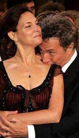 Dustin Hofmann'dan karısının omuzuna şefkatli bir öpücük.